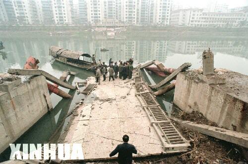 重庆綦江步行虹桥发生整体垮塌事故