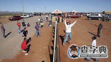 在美国和墨西哥边境线上打排球