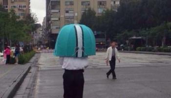 是我太土了吗?这个大哥的伞真的让我笑了半天。